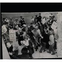 1946 Press Photo Warner Brothers Burbank Studio Strike - RRX67527