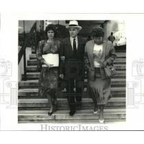 1986 Press Photo Marion Edwards & others leaving Federal Court for lunch break.