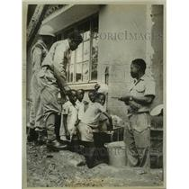 1961 Press Photo Soldiers and Congolese children clean dishes in Bukavu, Congo