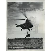 1952 Press Photo 75mm Canon is lowered by the Helicopter at Fort Bragg