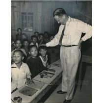 1955 Press Photo Louisiana Senator Ellender at refugee school in Vietnam