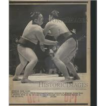 1976 Press Photo Sumo Wrestlers Wakamisugi Mienoumi LA - RRQ03909