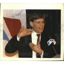 1992 Press Photo Bud Selig of Milwaukee Brewers speaks to fellow baseball owners