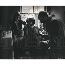 1967 Press Photo Unemployed miner, John Gillespie clips children's hair