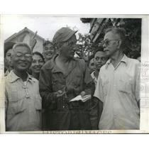 1944 Press Photo War Correspondent Francis MacCarthy talks with Filipinos