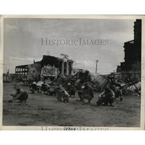 1945 Press Photo Filipino laborers clean the wreckage of Plaza Santa Cruz
