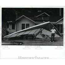 1989 Press Photo Earl Chambers with Hang Glider - abna23376