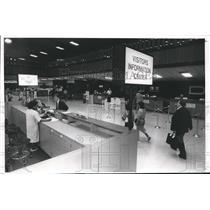 1988 Press Photo Lisa McNair helps man at Visitor Center at Birmingham airport