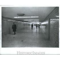 1982 Press Photo Travelers in Hallways at Birmingham Municipal Airport, Alabama