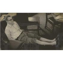 1973 Press Photo Jeremiah Denton, Former Prisoner of War, reenacts torture