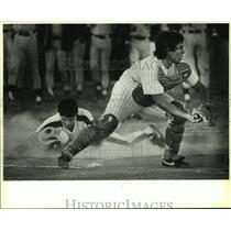 1988 Press Photo South San High baseball catcher John Lomas in action