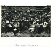 1986 Press Photo Patrons crowds the floor of a Resorts Casino in Atlantic City