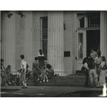 Press Photo Students outside Benjamin Franklin High School - nob14170