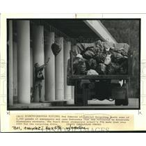 1989 Press Photo Don Cameron loads some of 6,500 pounds of newspapers and cans.