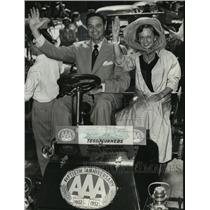 1952 Press Photo Beverly Ann Steffen and James Melton in old car Milwaukee