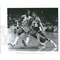 1977 Press Photo Norm Nixon Guard Foots Walker Cavs - RRQ22389