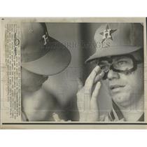 1973 Press Photo Astros Pitcher Getting Eye Paint Ray - RRQ24085