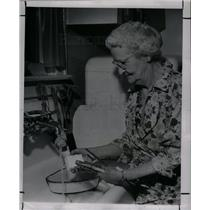 1947 Press Photo MRS. MILLER washes her brushes