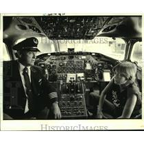 1984 Press Photo Delta pilot explains instruments to Joseph Paul Gaudet Jr.