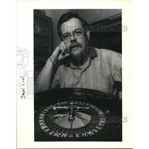 1991 Press Photo Gambling Professor Charles Gifford with roulette wheel