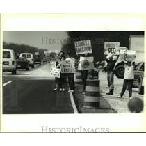 1995 Press Photo Protesters of the landfill line Highway 90 - nob22915