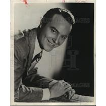 """1945 Press Photo Ralph Edwards, emcee of """"Truth or Consequences"""" - mjp12418"""
