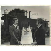 1974 Press Photo Paul Mayer and Bob Reidt Display Victoria Station T-Shirt