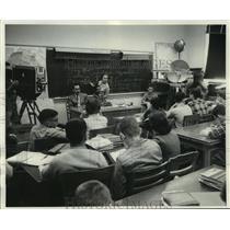 1959 Press Photo Television cameras in Wisconsin High School classroom