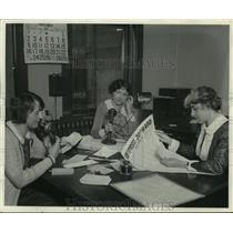 1950 Press Photo Women Working at Table - mjc07182