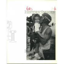 1990 Press Photo Boater Arthur Hebert kisses his daughter Brooke at grounding