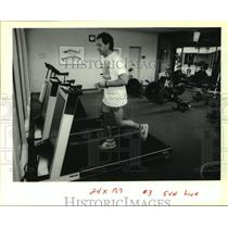 1991 Press Photo Kevin Graham running in the gym of Winsor Court Hotel.
