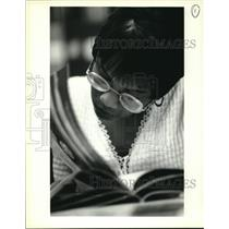 1994 Press Photo Tracey Gettridge browsing through a Rolling Stone Magazine