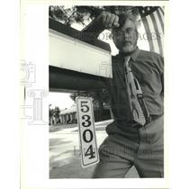 1995 Press Photo Marrero- Joe Haynes, Sr. with address signs hung on mailboxes