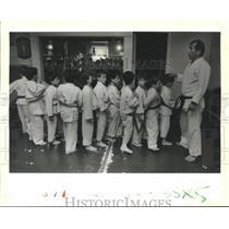 1988 Press Photo Nobuo Hayashi lines up Judo students at Hayashi Sports Clinic