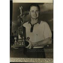 1956 Press Photo Kansas City A's baseball pitcher Lou Kretlow with a golf trophy
