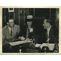 1941 Press Photo Dick Wakefield signs with Detroit Tigers' owner Walter Briggs