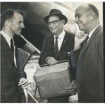 1963 Press Photo Glynn West, Albert Belcher, Sam Smith board plane, Kansas City
