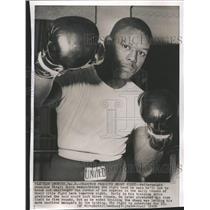 1958 Press Photo Virgil Akins predicts short fight - RRQ29839