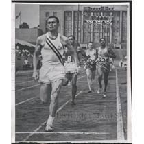 1959 Press Photo Tom Murphy breaks tape to win Pan-Am 800 - RRQ70413