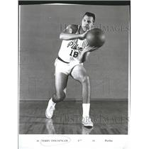 1965 Press Photo Pistons Terry Dischinger Passing Ball - RRQ47209