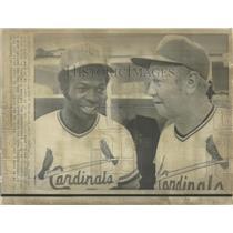 1974 Press Photo Yankees Mgr Red Schoendienst W/ Lou Brock B4 Mets Game