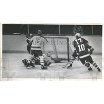 1975 Press Photo North Dokata Goalie Dave Simanson Denn - RRQ13693