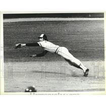1976 Press Photo Brewers Sixto Lezcano Diving Catch - RRQ33513