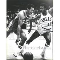 1981 Press Photo Clippers Phill Smith Bull Ronnie Lester Mid Court - RRQ70991