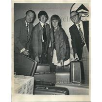 1973 Press Photo Roscoe Whatley of the Red Cross and students at airport