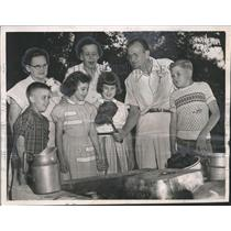 1953 Press Photo Mercy Home Children at Barbecue with Charles Scott in Alabama