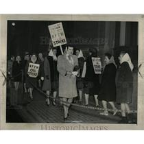 1946 Press Photo Pickets in front bell telephone co - RRW87603