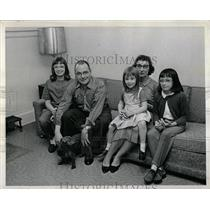 1965 Press Photo Allerton Barnes family suburbia Aurora - RRW85097