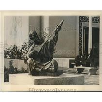 1941 Press Photo Unique statue admires aesthetic pursuits - mjb99793
