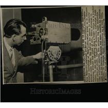 1956 Press Photo Gene McDaniel engineer Baird Eve Inc - RRW67761